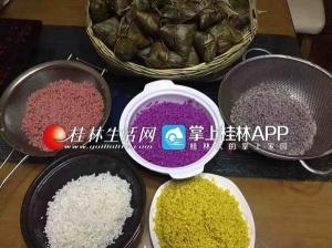 """清明好""""食""""节:碧绿艾叶粑飘香 五色糯米饭甜润"""