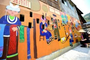 美!墙壁作画布 彩绘壁画扮靓桂北乡村(组图)