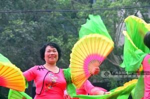 防城区举办广场舞大赛 市民撑伞冒雨观看