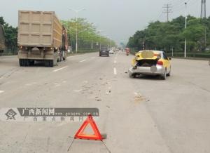 玉林:教练车被大货车追尾 两车不同程度受损(图)