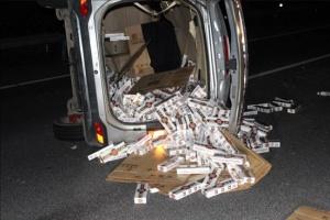 三北高速一无牌小车侧翻 价值20余万元香烟散落