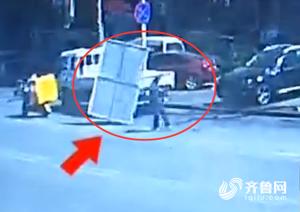 青岛一小区指示牌横飞 两辆车受损险些砸中路人