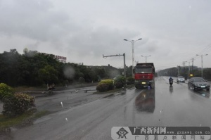 雨天操作不当 大货车撞断天网监控杆