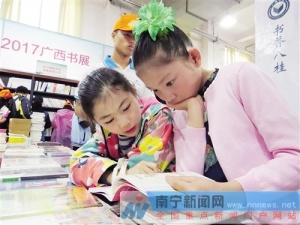 广西书展近10万种书亮相 老读者迷上数字阅读(图)