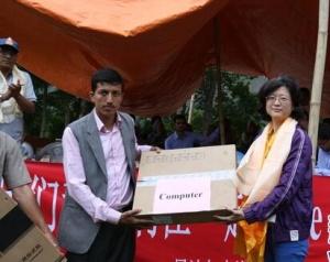 中国人赴尼泊尔深山地震灾区献爱心