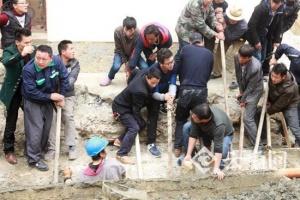 云南迪庆一酒店门口发生墙体倒塌 1人死3人在救治