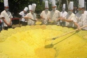 """直径超3米""""巨无霸""""煎蛋亮相 用去千枚鸡蛋"""