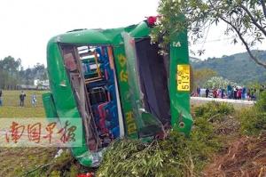 大货车撞翻停车载客公交车 导致16人不同程度受伤