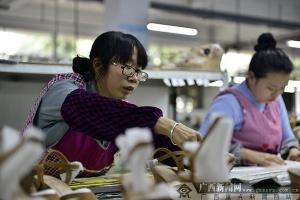网媒记者探访自贡外贸鞋生产基地