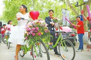 新郎率50辆共享单车迎娶新娘