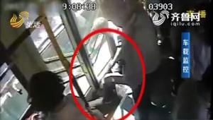 """济南女子公交车上晕倒 起身说""""没事""""又晕过去"""