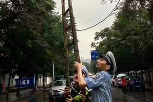 """老交警雨中撑起下坠电缆 郴州""""托举哥""""感动网络"""