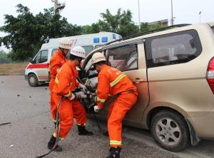 高清:面包车撞上泥头车致4人被困 消防紧急救援