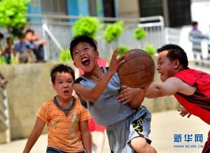 广西大化:火热的山区校园篮球赛(组图)