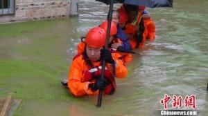 连夜暴雨致钦州一村庄内涝 消防官兵疏散76人(图)
