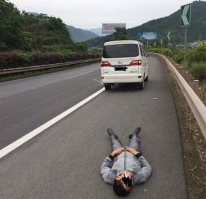 司机喝农药轻生 被救后怪执法者来太快