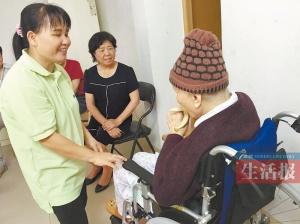 家政照顾老人包办一切?最好让老人做力所能及的事