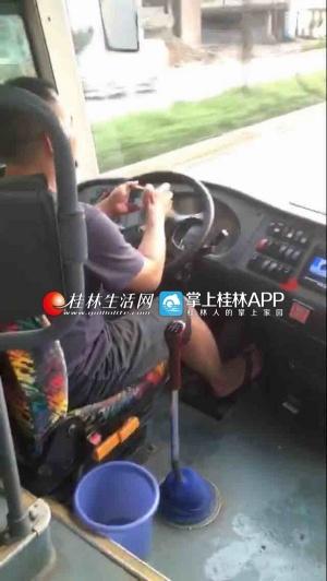 客车司机开车玩手机视频被曝光 交警全城寻人(图)