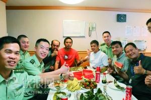 钦州边检站官兵与外籍船员共度端午节(图)