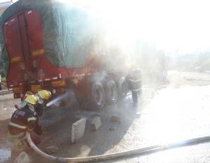载30多吨石膏粉的半挂车着火 消防顶浓烟扑灭(图)