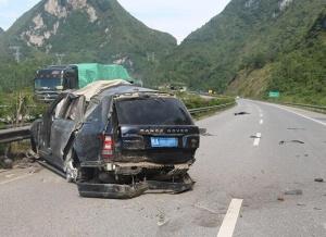 高清:豪车路虎爆胎失控 后排一女子被甩出车外