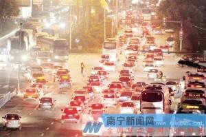南宁高速公路27日出现车流高峰 低折机票仍有出售