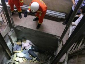 电梯井内发生惨剧 冰箱从空中砸落致一死一伤(图)