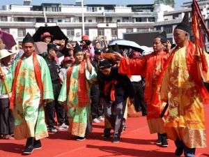 环江:群众穿盛装欢度分龙节(图)