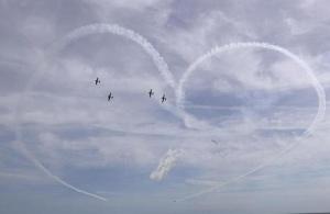 美国纽约州琼斯海滩上演飞行秀(组图)