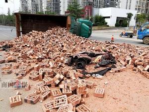 砖车侧翻电驴女被砸伤腿 事发柳州市东环大道北段