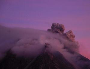 印尼锡纳朋火山继续喷发