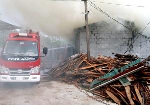 高清组图:河池一木材厂起火 现场浓烟滚滚