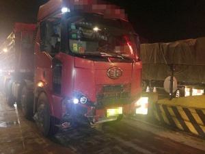 惊!车灯坏了货车司机夜间打手电上高速路(图)