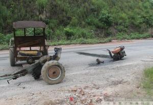 """小汽车把拖拉机撞得""""身首异处"""""""