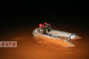 平果:三人被困排泥库六小时 消防官兵手动划船救人