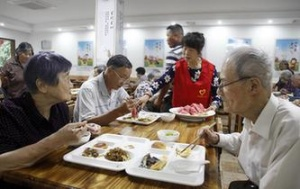 """浙江桐庐:社区办起""""老年之家""""食堂"""