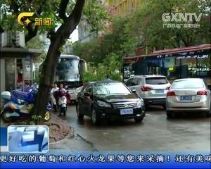 """南宁:大风刮倒大树 桃源教育路口""""水泄不通"""""""