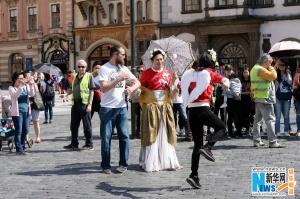 邓超《奔跑吧》扮女装 与外国友人搞笑互动