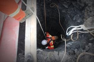 环江:一在建工地2名工人坠入25米深井身亡(组图)