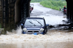 高清:融安遭暴雨袭击 车辆涉水而行