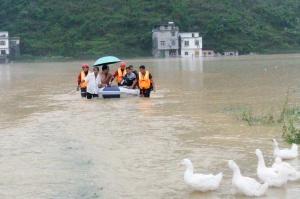 都安:居民被洪水围困 消防乘橡皮艇营救(组图)