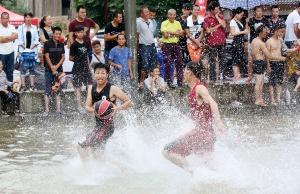 """融安:苗族同胞举行水上篮球赛 欢度""""闹鱼节"""""""
