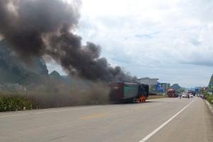 国道210线一大货车爆胎起火 消防紧急扑救(组图)
