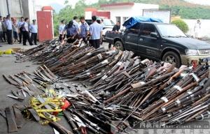 百色警方集中销毁一批非法枪支和管制刀具