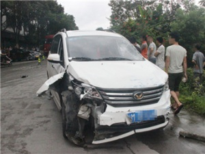 小货车下坡失控与教练车越野车三车相撞 一人死亡