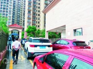 钦州:停车位租售起纠纷业主开车堵大门