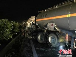 广西钦州29吨汽油罐车追尾起火