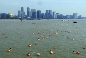 千人横渡钱塘江