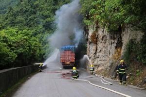 龙州:大货车与小汽车相撞起火 两车猛烈燃烧(图)