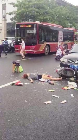 南宁一电动车横穿马路 与小轿车碰撞倒下三人(图)